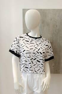 Remera algodon estampado con recorte en la manga y cuello negro -
