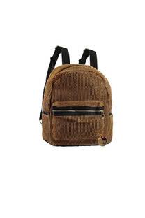 Mochila de rafia combinado cuero ecológico. Bolsillo interno, laterales y frontal con cierre, tiras regulables.  Medidas: 30 cm x 25 cm -