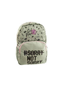 "Mochila con estampado y descripción ""#Sorry, not sorry"", bolsillo frontal y laterales con tira regulable.  Medidas: 45 cm x 30 cm / 19"" -"