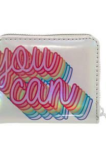 """Mini billetera charol tornasolado con estampado """"YOU CAN"""", posee múltiples bolsillos y división monedero con cierre.  Medidas: 10 cm x 10 cm. -"""