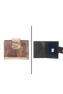 Billetera 100 % cuero con textura, fabricación nacional. Apertura principal con botón, posee tarjeteros y 2 divisiones para billetes.   -