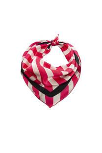 Pañuelo cuadrado de seda con diseño a rayas.  Medidas: 45 cm x 45 cm -