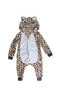 Pijama leopardo con capucha, carita, botones delanteros y bolsillos laterales, cierre trasero.  Medidas: (con capucha incluido) -