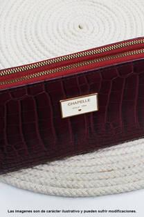 Billetera de eco cuero, con broche metálico y cierres, doble compartimiento, tamaño grande.  Medidas: 20 cm de ancho x 10 cm de alto aprox. -