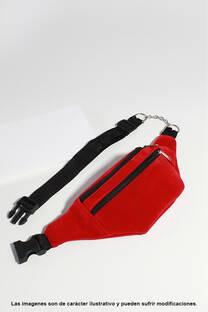 Riñonera de eco cuero y gamuza con detalle cadena, doble compartimiento, tamaño mediano. -