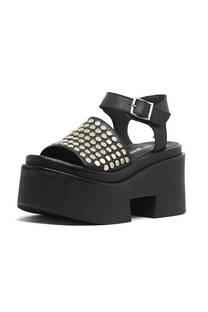 Sandalia con tachas planas  -