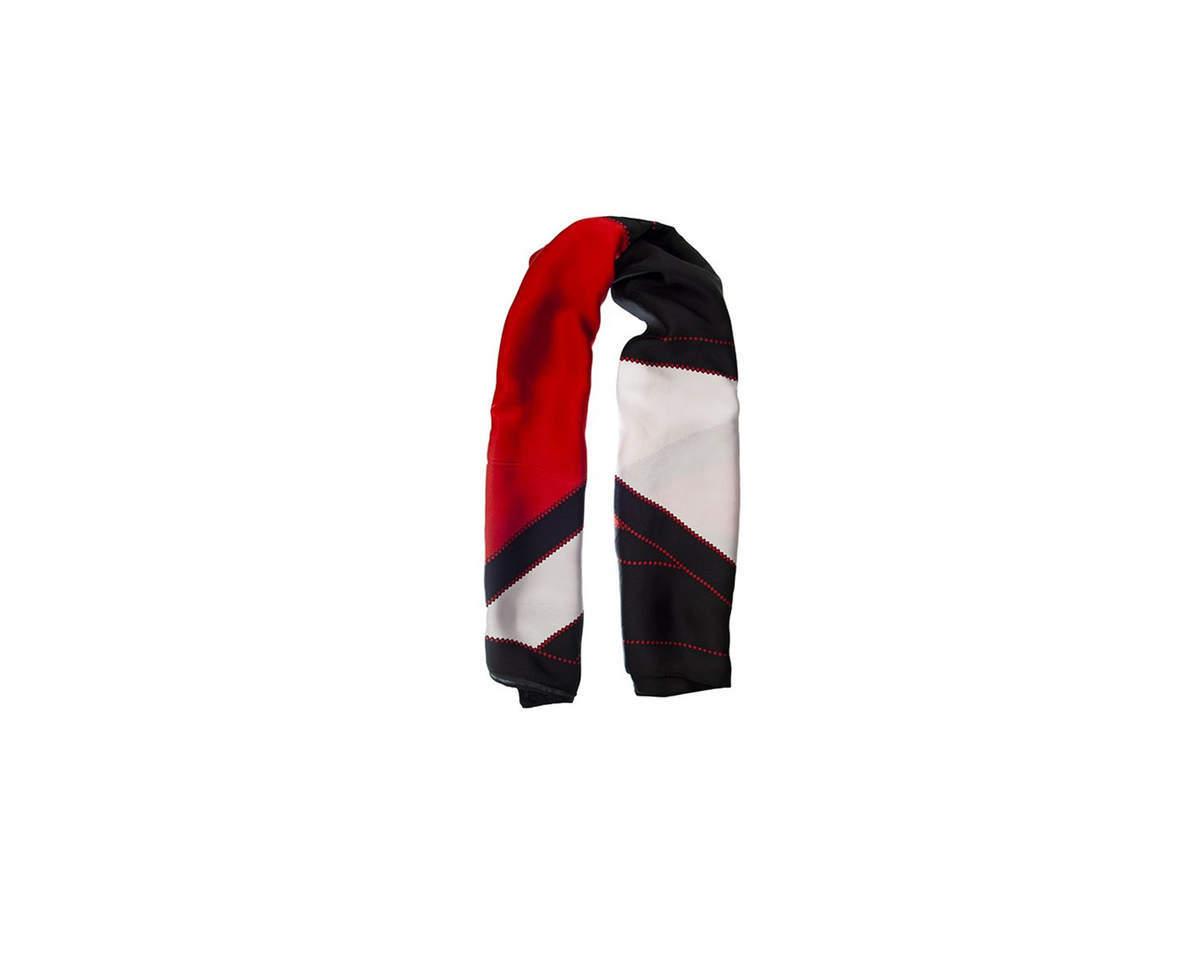 Imagen carrousel Pañuelo dama de seda cuadrado con estampado tricolor.  Medidas: 90 cm x 90 cm 1